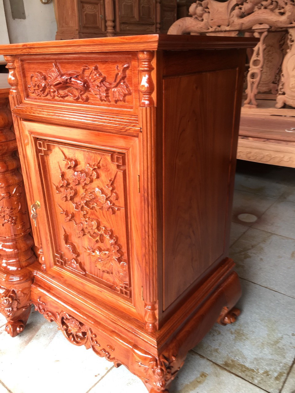 ke tivi cot nho go huong da dai 2m2 1 - Kệ tivi cột nho gỗ hương đá dài 2m2 (cánh dày 2.5 phân)