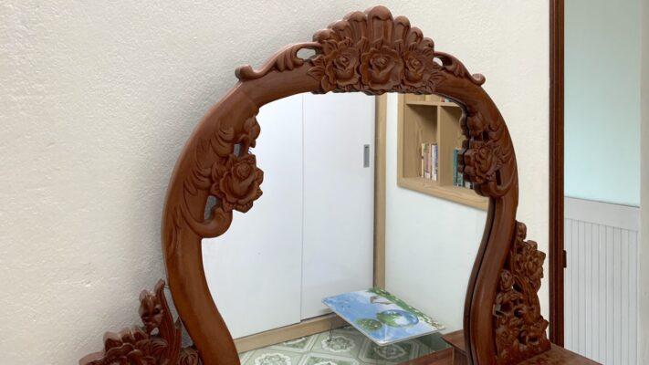 ban phan bang go go 711x400 - Bàn trang điểm gỗ gõ tạo điểm nhấn cho không gian phòng ngủ sang trọng