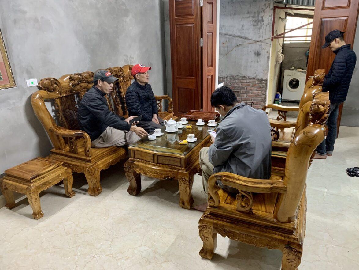 ghe gu ta 6 1174x881 - Bộ bàn ghế Minh Quốc đào cột 12 gỗ gụ ta Quảng Bình (vân cực đẹp)