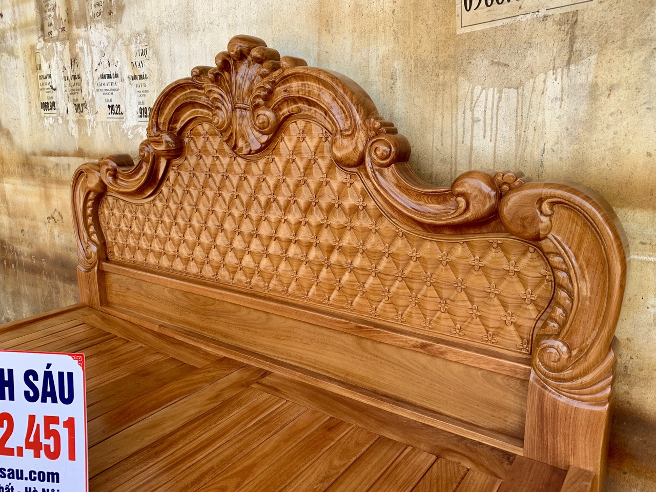 giuong ngu mau hoang gia go go do 1m8x2m 2 - Giường ngủ mẫu Hoàng Gia gỗ gõ đỏ kích thước 1m8 x 2m