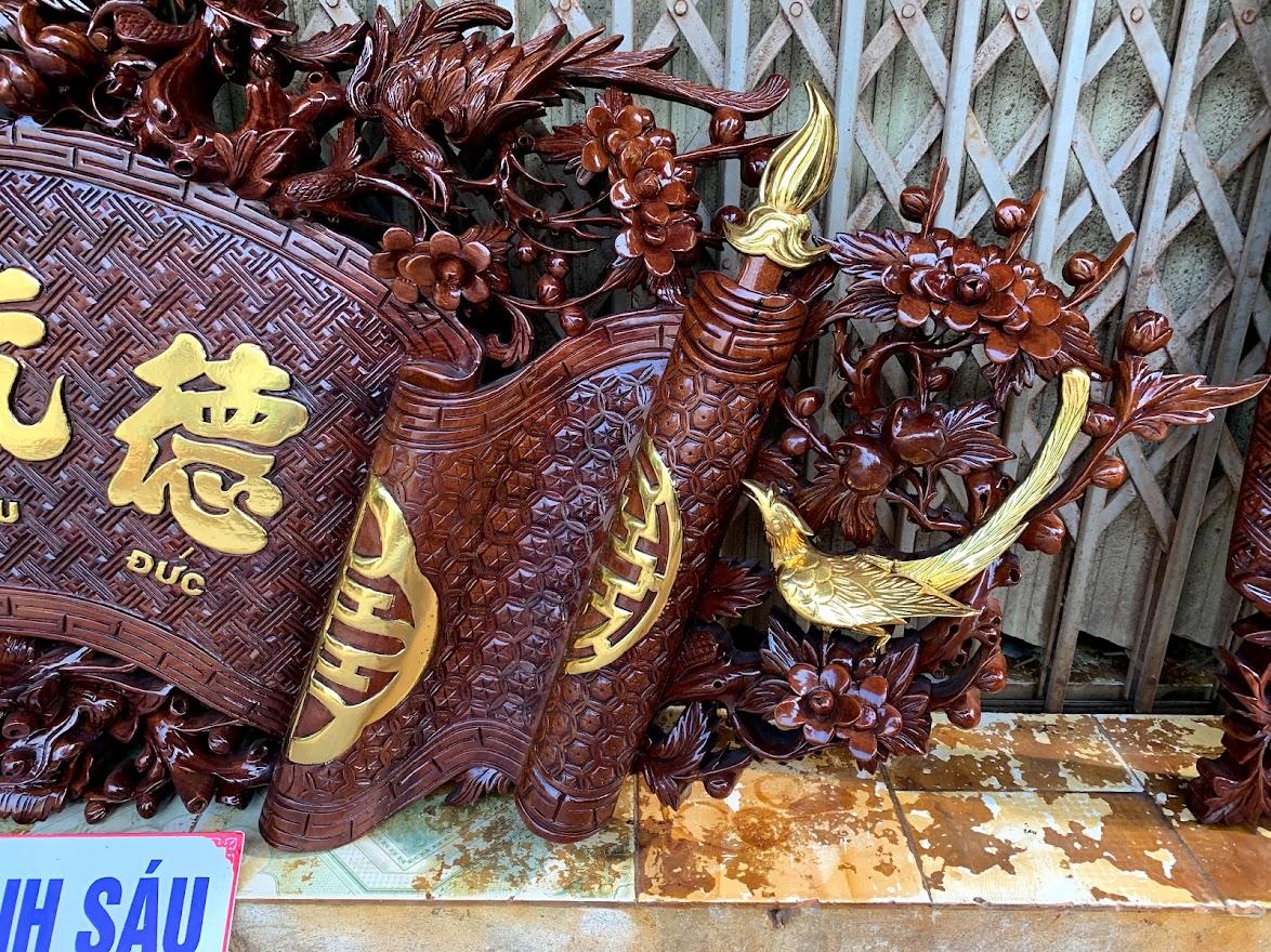 cuon thu cau doi mai hoa long go gu day 5cm 4 - Câu Đối Cuốn Thư Mai Hóa Long Gỗ Gụ Dày 5cm (Dát Vàng Đài Loan)